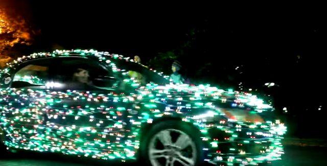 画像2: こちらの映像は、街中をイルミネーションカーが走り抜けるというパフォーマンス動画です!