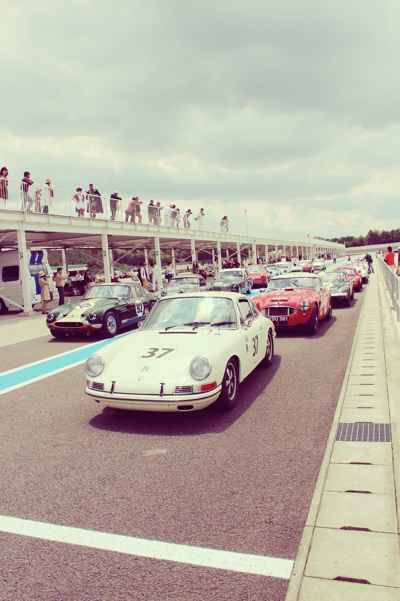 画像: ゼッケン37のポルシェは、往年の名ドライバーとして著名な生沢徹選手! 氏は「FESTIVAL of SIDEWAY TROPHY」の常連で、毎回ポルシェで素晴らしい走りを披露してくれます。モータースポーツファンを自認する人は必見です! ecossecars.jp