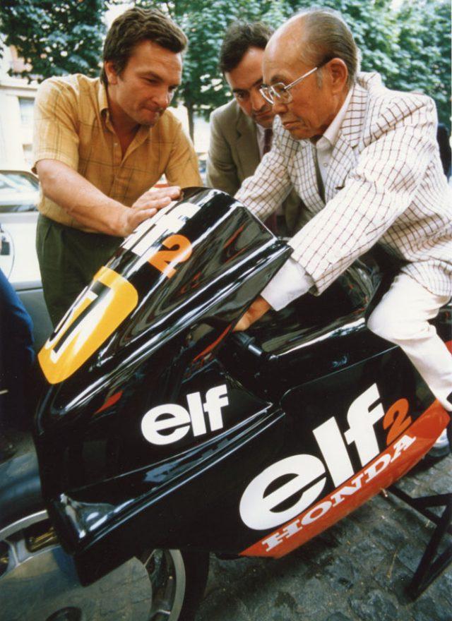 画像: 1984年、ELF2にまたがるホンダの創業者、本田宗一郎とデ・コルタンツ(左)。なお本田宗一郎は、ELF e が1983年の鈴鹿8耐に参戦した時も、チームのピットを訪問して興味深げにデ・コルタンツの作品を眺めていました。 http://www.classic-motorrad.de/v25/images/cm2014/2014-hockenheim-classics/André_de_Cortance_198