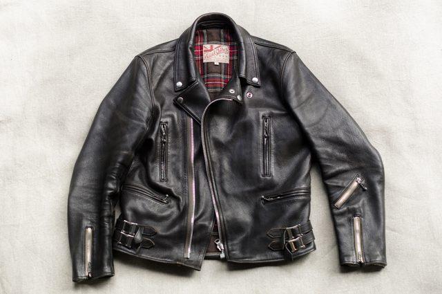 画像: Addict ClotesのUKヴィンテージスタイルのダブルライダース。ラペルも小ぶりで、Vansonと比べてみればわかるように 胴囲に余裕を持たせないのでポケットに手を突っ込むことができない、横型のジップになっている。 addict-clothes.com