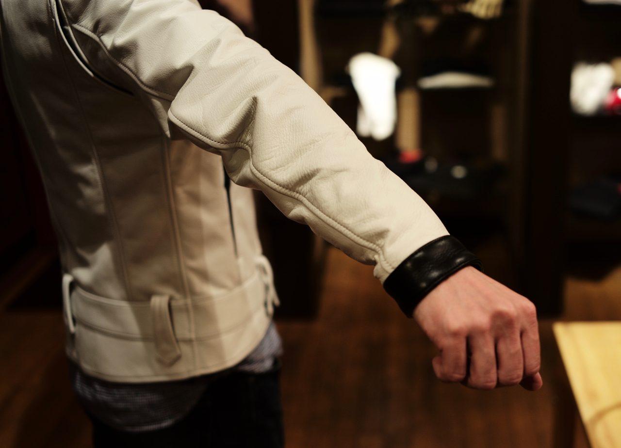画像: 白いだけに袖口が煤けるのを怖れたK氏は、黒革を袖口に充てることを提案し、荒川さんが絶妙なサイズで処理した。
