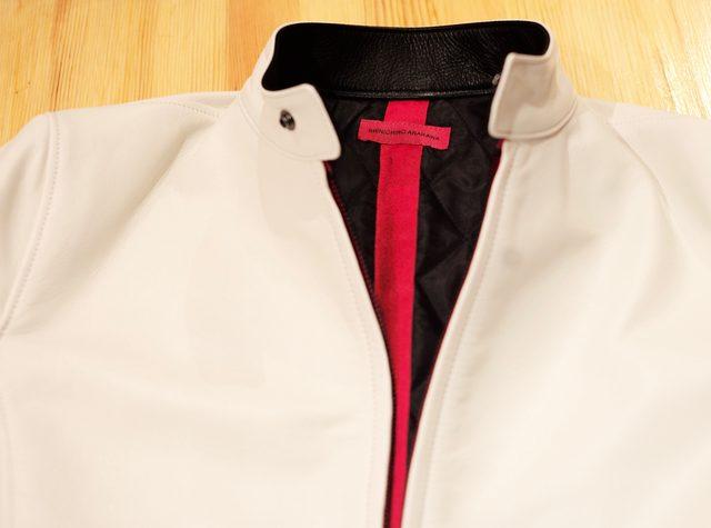 画像: 裏地のキルティングは黒。背筋に沿って赤いライナーを入れた。ブランドタグとクロスして、ちょうど赤い十字架のようなデザインになる。