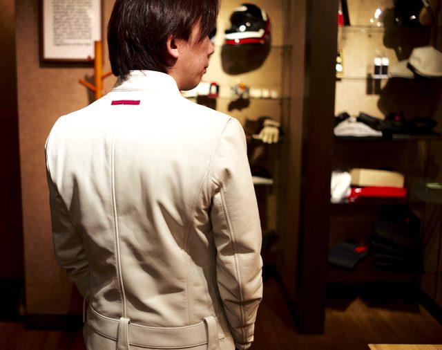 画像: 後ろから見ると、着丈はやや長めである。