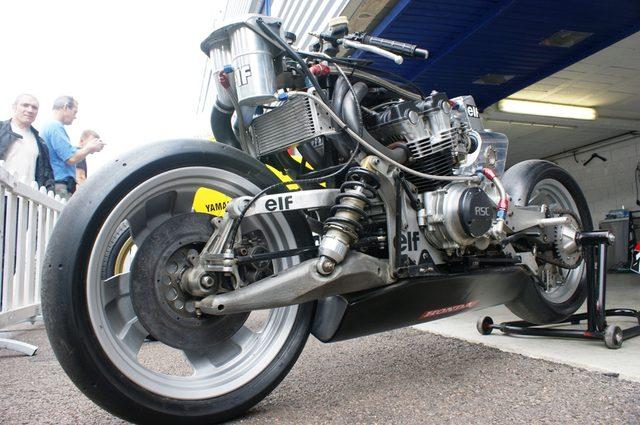 画像: ELF e のストリップ。4輪車のダブルウィッシュボーンを90度ひねったようなフロントの懸架方式がよくわかります。燃料タンクは車体底部にセット。エンジンはホンダRSCのRS1000用を搭載しています。 c2.staticflickr.com