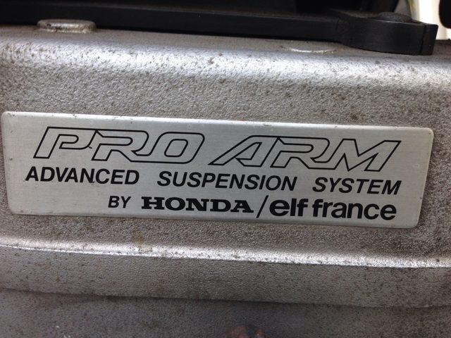 画像: ホンダ製量産スポーツモデルの、プロアーム採用モデルにつけられたプレート。ホンダとELFの名前が並んでいます。 cdn.snsimg.carview.co.jp