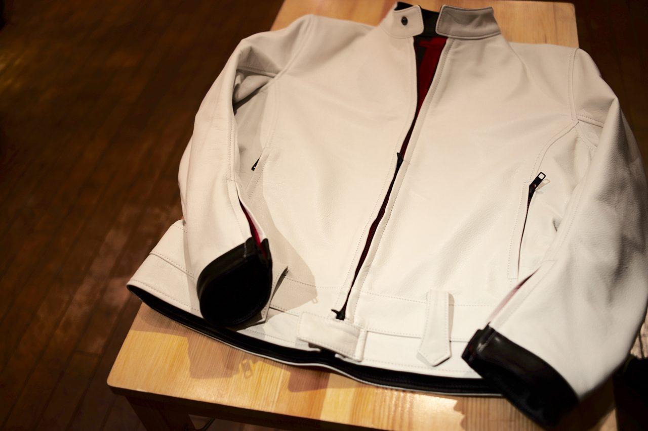 画像: 表は純白、というよりはややベージュに近いオフホワイト。ラム革と見紛う柔らかさの特別な牛革を採用。