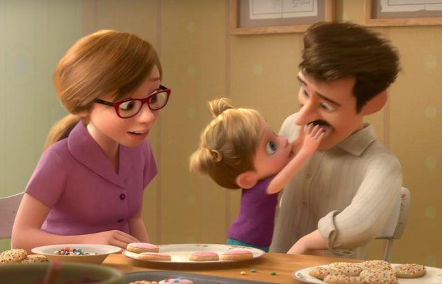 画像: 優しい父親と母親の愛情を一身に受けて成長する www.youtube.com
