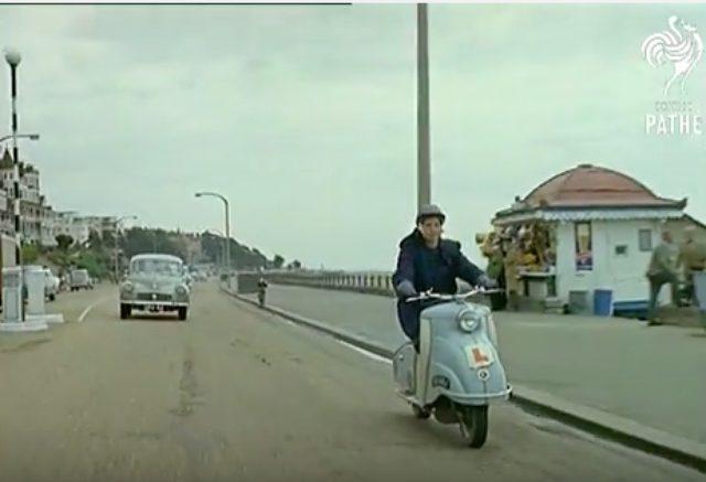 画像: スクーターに乗って颯爽と登場した女性。彼女の名前はシンディ・ウィリスと言います。 www.youtube.com