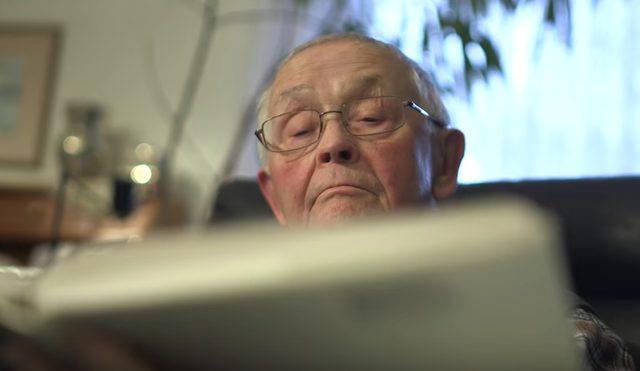 画像: 新聞を遠い目で読むこの好々爺はどなた? www.youtube.com