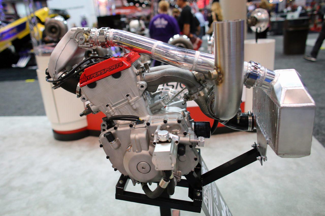 画像: PRIショーに展示された2気筒ターボエンジン。ウィスコンシン州アーリントンのクレイグ・キャンプトンさんと、ハイパースポーツLLCの共同作品と呼べる一品です。 cdn.speednik.com