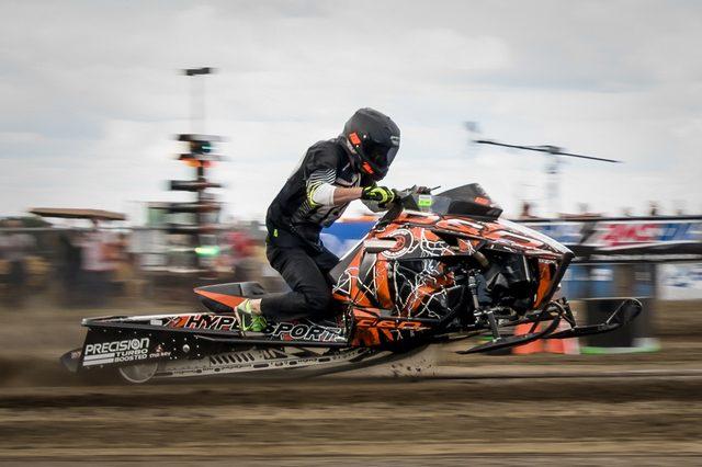 画像: ケリー・シルツがドライブする、スノーモビルレーサー。ライダーなしで200kg前後の車重なので、そのパワー・ウェイト・レシオの凄さはいうまでもありません。 cdn.speednik.com