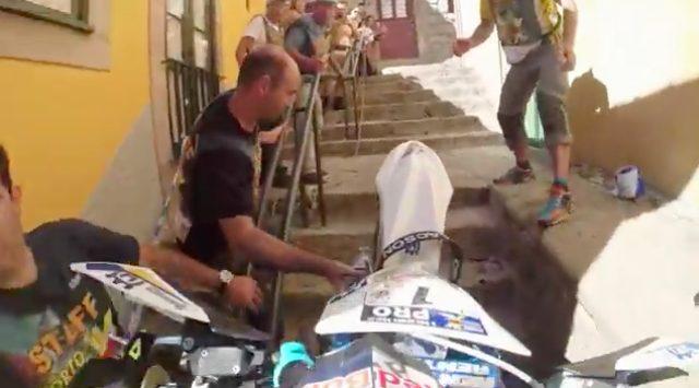 画像: ちょっと観衆に引き上げてもらって、助けてもらったりして・・・。 www.youtube.com