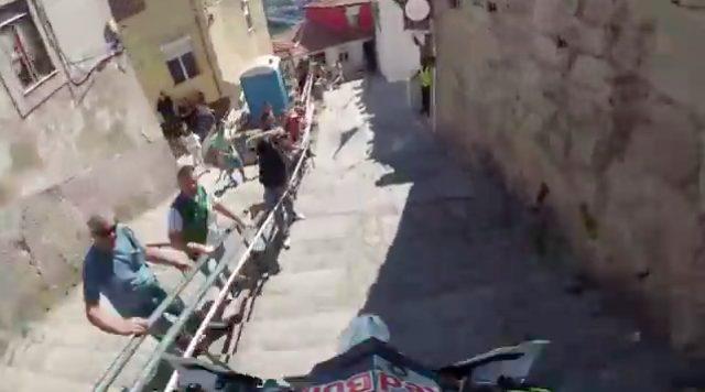 画像: この階段の下りのシーンは、見ていて結構ビビリます・・・。 www.youtube.com