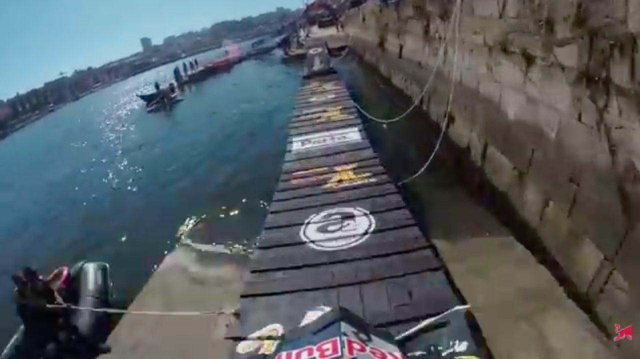 画像: 浮き橋を渡れば、まもなくゴールです! www.youtube.com