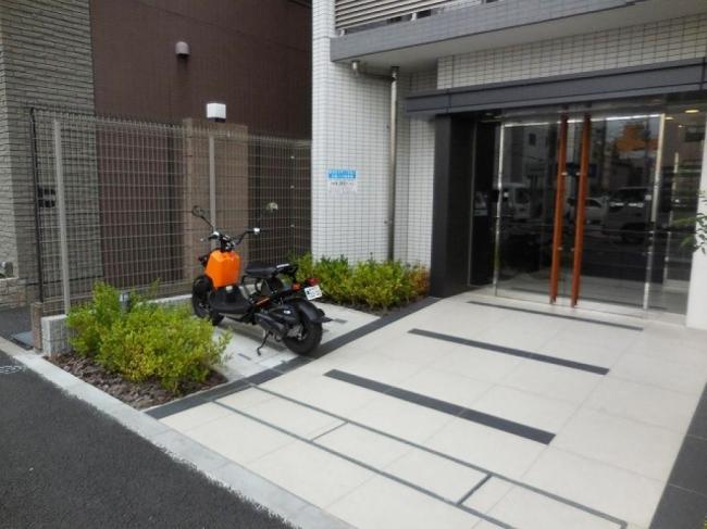 画像: こんなスペースがバイク駐車場に