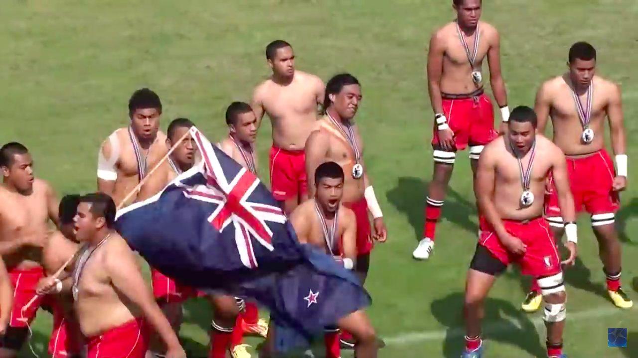 画像: ケルストン・ボーイズ・ハイスクール(ニュージーランド)は、サニックス2012ワールドラグビーユース交流大会 で優勝し、高校世界チャンピオンとなった。 表彰式後に予定外のパフォーマンス 本場のハカは鳥肌が立つほどのすごい迫力だった。 youtu.be