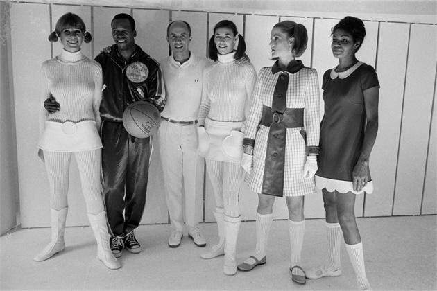 画像: 左から3番目がアンドレ・クレージュ氏。1968年の写真です。 images.vogue.it