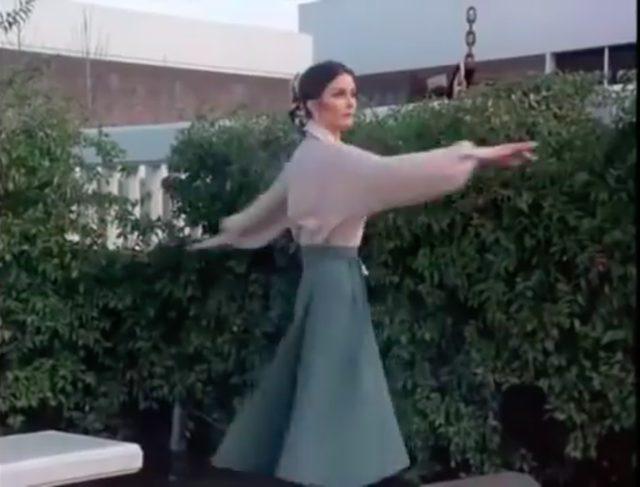画像: ワンダーウーマンの変身ポーズは、その場でクルクル回ること。みなさんも変身できるか、トライしてみましょう? www.youtube.com