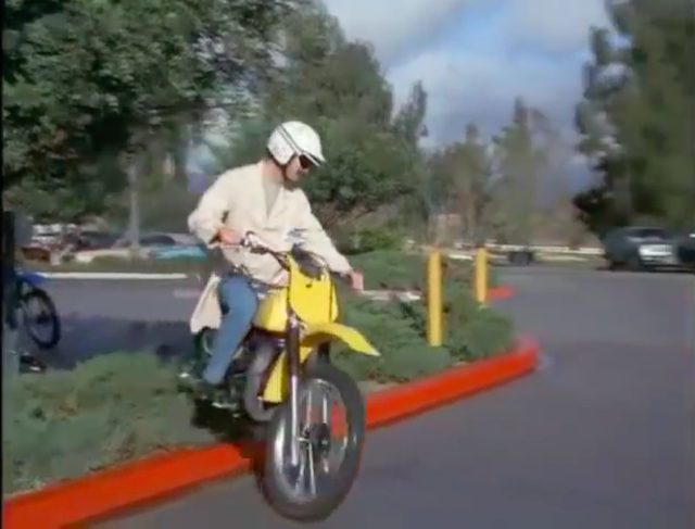 画像: 逃げる悪人は、スズキのモトクロッサーに乗っています。公道用でない車両で公道を爆走するとは・・・やはり悪人ですね?(笑) www.youtube.com