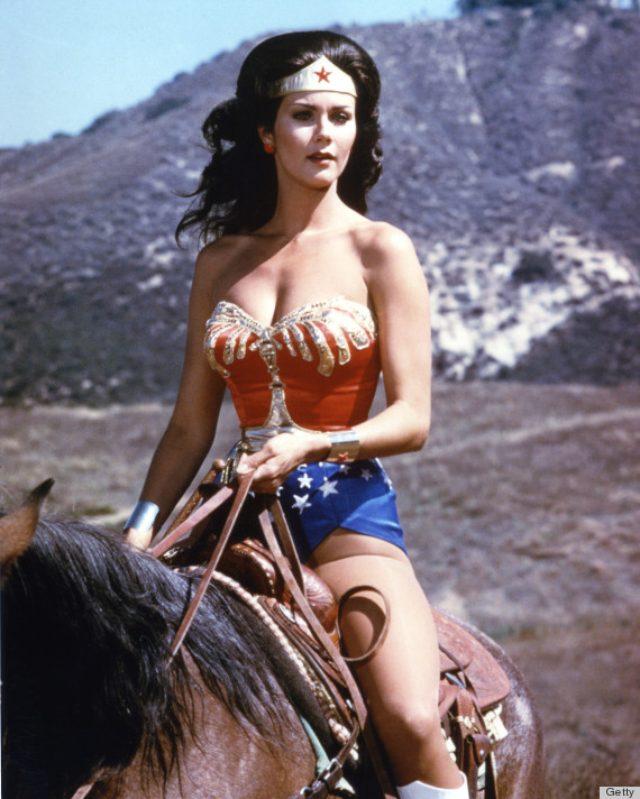 画像: ワンダーウーマン、馬にも乗ります。素敵です! www.huffingtonpost.com