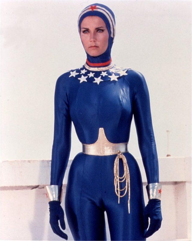 画像: こちらは水中活動用のアクアスーツ姿のワンダーウーマン。ちょっとアメリカのデナシオンチームのカラーリングを思い出させますね? なおアメリカでは、このデザインのコスプレ用衣装も売ってます。 www.amazonarchives.com