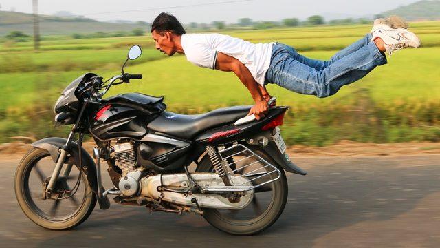 画像: Motorbike Yoga: Man Pulls Yoga Poses On Speeding Bike youtu.be