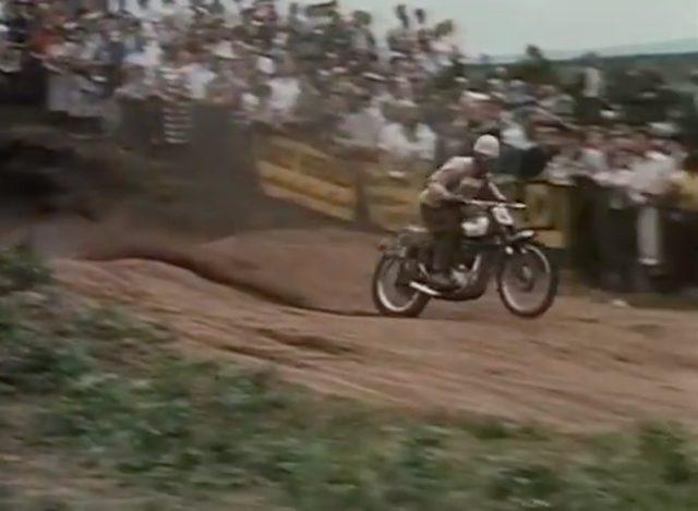 画像: 1960年、ホークストーンパークでの英国GPにて、BSAゴールドスターで500ccクラスを走るジェフ・スミス。 www.youtube.com