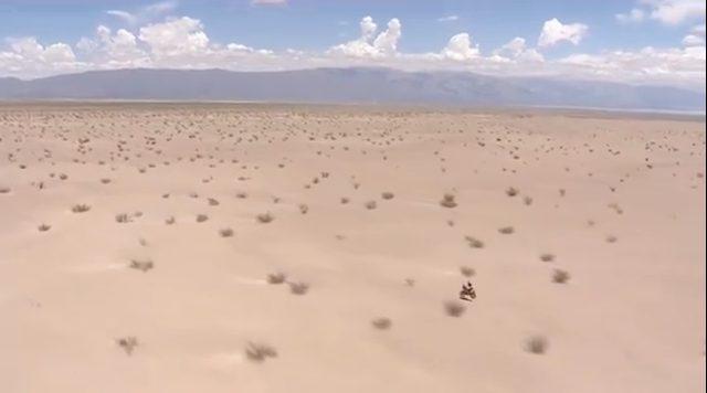 画像: 広大なデザートを走るラリーマシン。雄大な大自然に圧倒されますね。 www.youtube.com