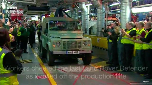 画像: タタの傘下にあるランドローバー工場・生産ラインから出てきた最後のディフェンダーが、工員たちの拍手で迎えられます。 www.youtube.com