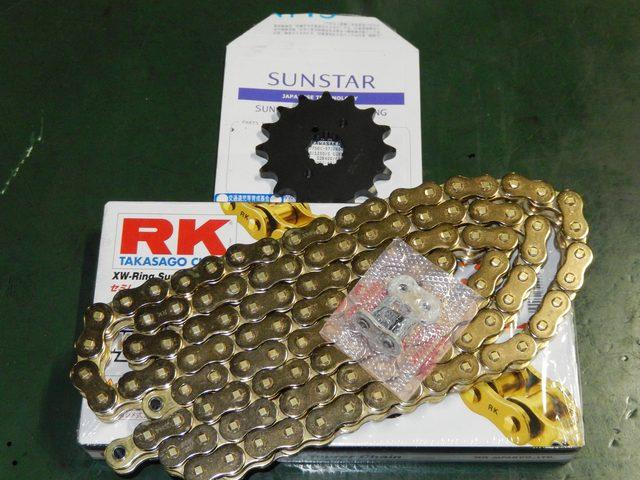 画像: SUNSTARのスプロケットとRK XW-Ring Super ドライブチェーン(型番は確認中)。 若干ハイギヤード設定へ。