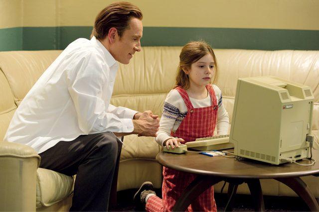 画像: ジョブズと娘リサ。彼女(と母親のクリスアン・ブレナン)との確執が本作のひとつの軸となる stevejobsmovie.jp