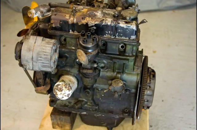 画像: あまりにも映像スピードが速くてちゃんと判別できないのですが、これはトライアンフ・スピットファイア(Mk1)の4気筒1,147ccエンジンですかね?(間違っていたらスミマセン) www.youtube.com
