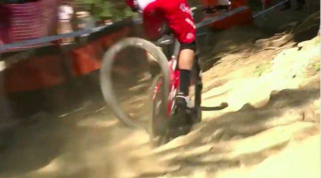 画像: やがてパンクしたリアタイヤは、後輪リムから外れてしまいます・・・。 www.pinkbike.com