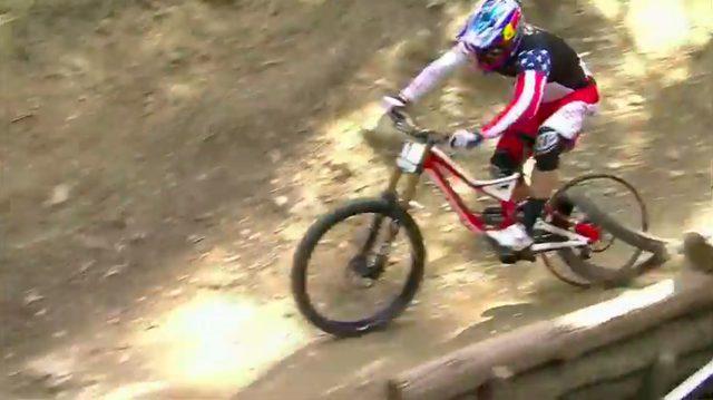 画像: それでもグウィンは、リタイアすることなく競技を続行! なんで転ばないのか不思議です・・・。 www.pinkbike.com