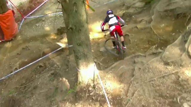 画像: まさに神業ですね・・・。常人ではありえない走りっぷりです。 www.pinkbike.com