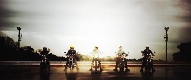 画像: ずらりと並んだヤマハスポーツモデルのなかに、XSR900の姿も・・・。 vimeo.com