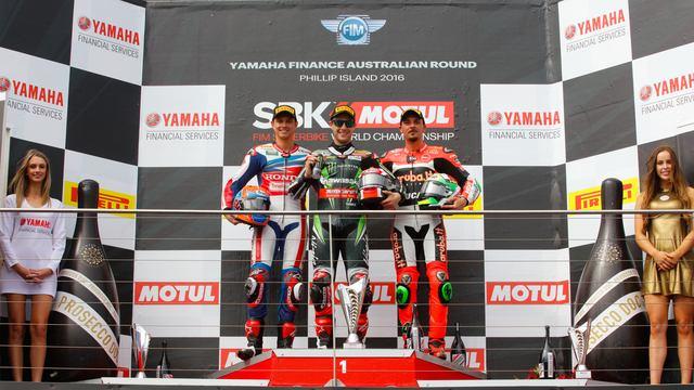 画像: レース2の勝者、レイ(カワサキ・中央)、2位ファン・デル・マーク(ホンダ・左)、3位ジュリアーノ(ドゥカティ・右)の笑顔がはじける表彰台。 photos.worldsbk.com