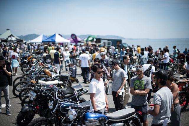 画像: 昨年度は期日がゴールデンウィーク中だったため、会場内はビーチに遊びにきた行楽客もふらり立ち寄り、展示車を見るのを楽しんだりしていました。 cdn.deuscustoms.com
