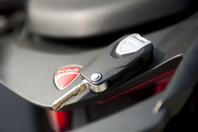 画像: キーレスエントリーなので始動の際はキーをポケットにしまっておけばよい。ボタンを押すとキー部分がシュパっとでてくるのが、飛び出しナイフのようで小気味よい(笑)