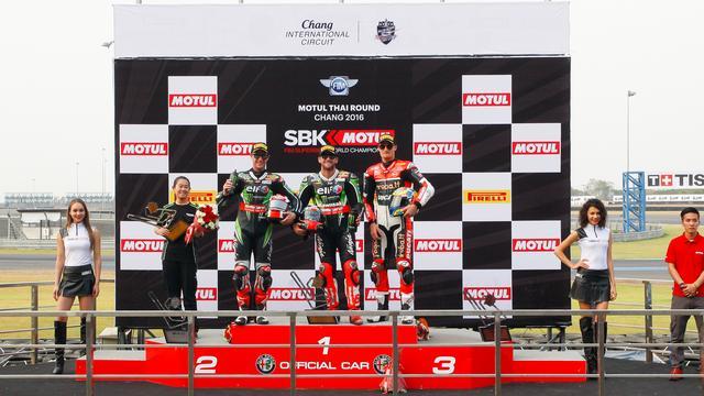 画像: 表彰台の面々。左から2位のレイ、1位のサイクス、3位のデイビス。サイクスはヨークシャー、レイは北アイルランド、そしてウェールズのデイビスとそれぞれ出身は違いますが、この3人の英国ライダーがチャンピオン争いの主役なのは、今年も変わらない・・・感じです。 www.worldsbk.com