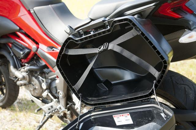 画像: 容量は充分なもので二人乗りのツーリング荷物もすっぽり入るのではないだろうか。