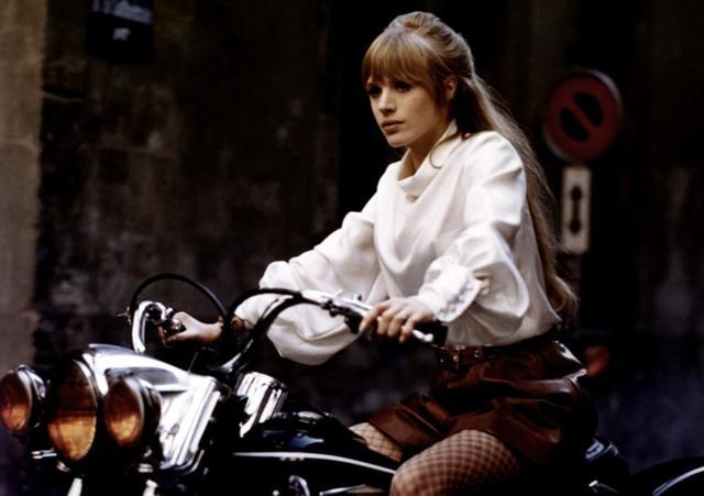 画像: アラン・ドロンと共演した、「あの胸にもういちど」で颯爽とハーレーに乗るマリアンヌ・フェイスフル。ハーレーネタで彼女を外すなんて、このTop5の選者はツッコミ待ちでやってますよね(確信)。 www.lacar.com