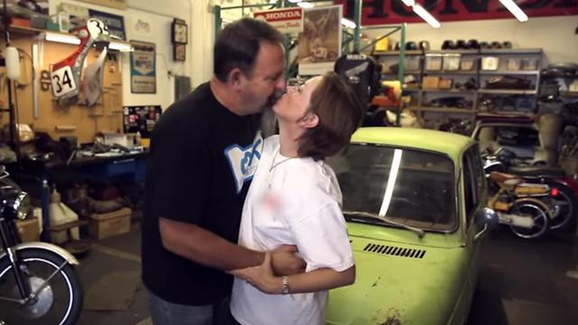 画像: 疲れると奥さんの愛情でチャージ! www.youtube.com