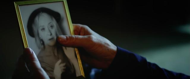 画像: おばあさんの写真を手に・・・。 www.youtube.com