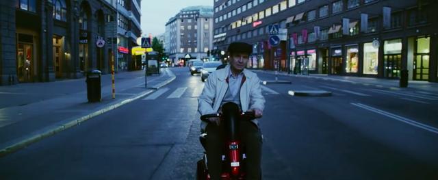 画像: おばあさんを探して、街の中をさまようおじいさん・・・。 www.youtube.com
