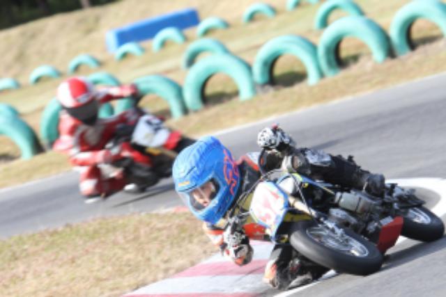 画像: ちっちゃいながらも大人バリのハングオンでコースを疾走する子供達 haruna-minibike.com