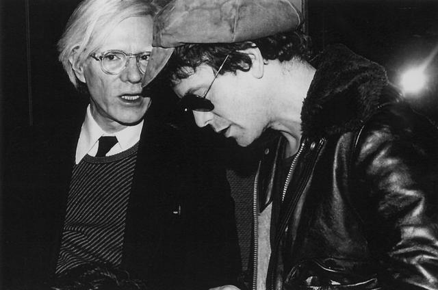 画像: Andy Warhol(1928年8月6日 - 1987年2月22日)とLou Reed(ミュージシャン: 1942年3月2日 -  2013年10月27日) ia.media-imdb.com
