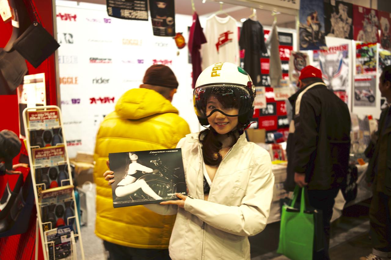 画像1: 【閲覧注意?】東京モーターサイクルショーにヘルメット女子がやってきた。
