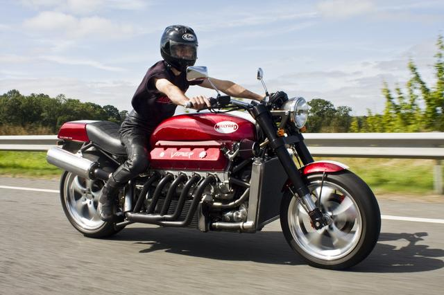 画像: こちらは2009年に作られた、彼のオリジナルバイク。ミルヤード・バイパーV10。なんとダッジ・バイパーのV10・8リッターエンジンを搭載。500馬力!!で時速200マイル(約320km/h)オーバーの最高速をマークします。 mediaserver.dwpub.com