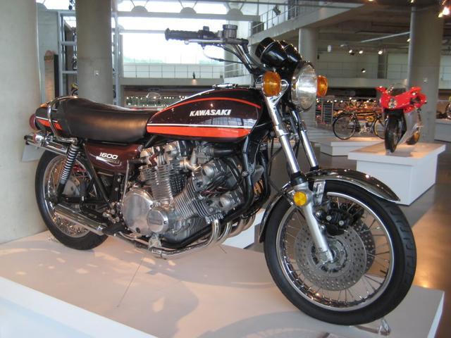 画像: カワサキZ1をV8化! 思いの外違和感がないところがスゴイですね。なんとニューヨークのグッゲンハイム美術館でも展示されました! thekneeslider.com